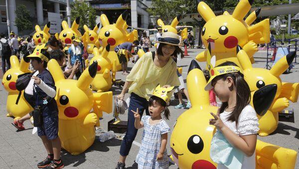 Visitors walk past Pokemon characters in Yokohama, near Tokyo - Sputnik International
