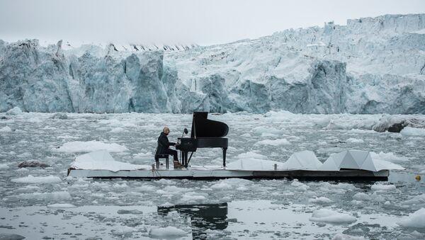 Composer Ludovico Einaudi performing on a platform in the Arctic Ocean, 2016 - Sputnik International