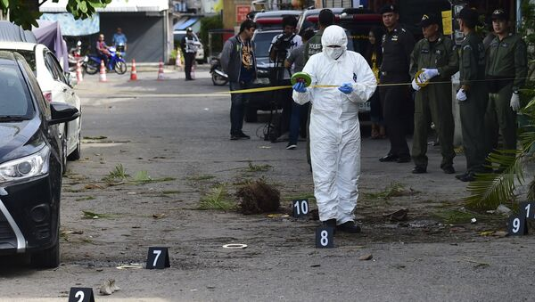 An investigation official collects evidence from the crime scene after a small bomb exploded in Hua Hin on August 12, 2016 - Sputnik International