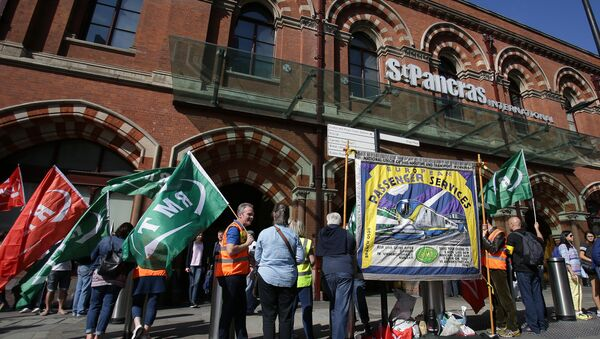Pickets from the Rail, Maritime and Transport Workers' Union (RMT) demonstrate outside Eurostar's St Pancras International terminal in central London on August 12, 2016 - Sputnik International