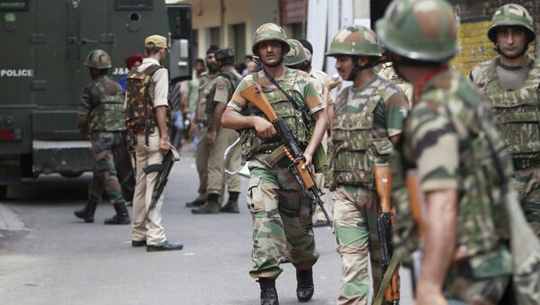 Indian army soldiers search for suspected militants near a school in Jammu, India, Friday, Aug. 12, 2016 - Sputnik International