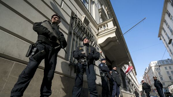 Austrian police officers guard the entrance to the West-Balkan conference Managing Migration together at the Austrian interior ministry in Vienna, Austria on February 24, 2016 - Sputnik International