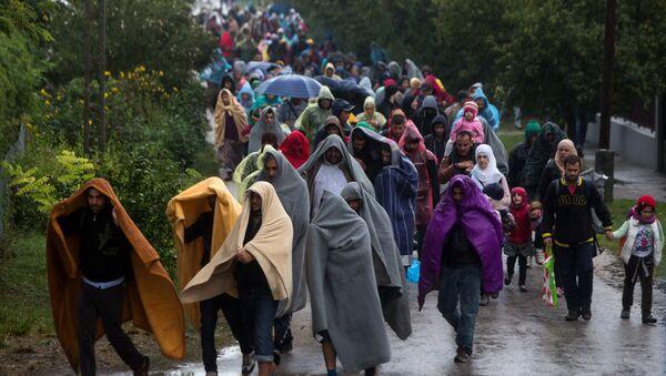 Refugees walk from railway station in Hegyeshalom in Hungary toward the Austrian border. - Sputnik International