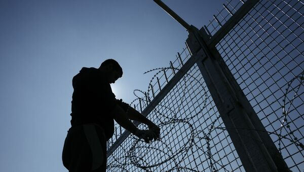 A worker installs barbed wire to a border fence to prevent illegal crossings by migrants at the Bulgarian-Turkish border near the Bulgarian village of Shtit - Sputnik International
