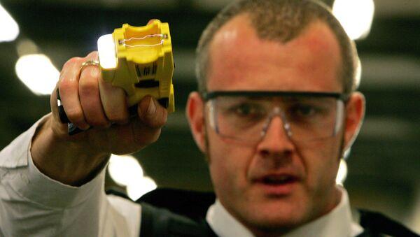 British Police Officer and a taser gun - Sputnik International