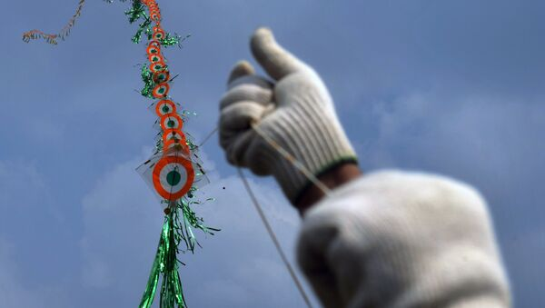 An enthusiast flies multiple kites during a kite-flying festival in Siliguri. (File) - Sputnik International