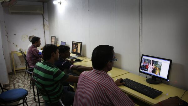 Indian youth use the internet at a cyber cafe in Allahabad, India (File) - Sputnik International