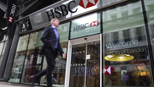 A businessmen walks past the entrance to a HSBC bank branch in London. - Sputnik International