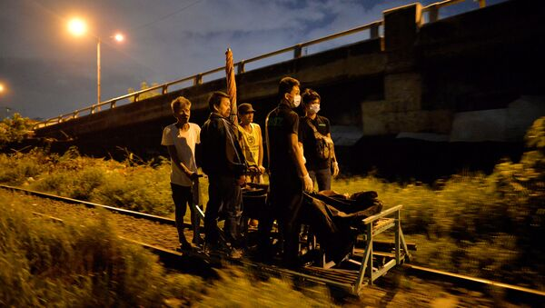 Residents transport on a trolley two bodies of men, after police said they were killed by policemen after they fought back during an illegal drugs Shabu (Meth) operation in Manila, Philippines August 18, 2016 - Sputnik International