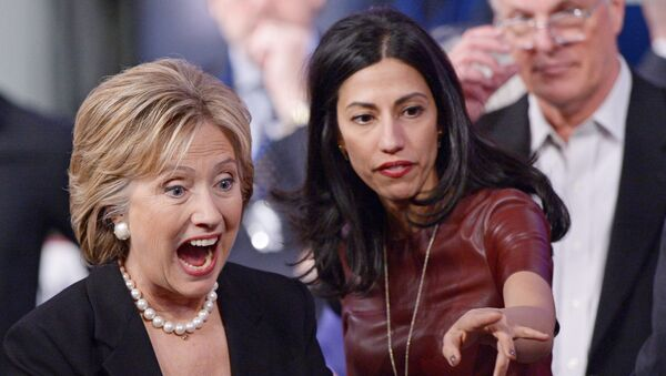 Democratic Presidential Nominee Hillary Clinton (L) and longtime aide Huma Abedin at a campaign event in Iowa, November 2015. - Sputnik International