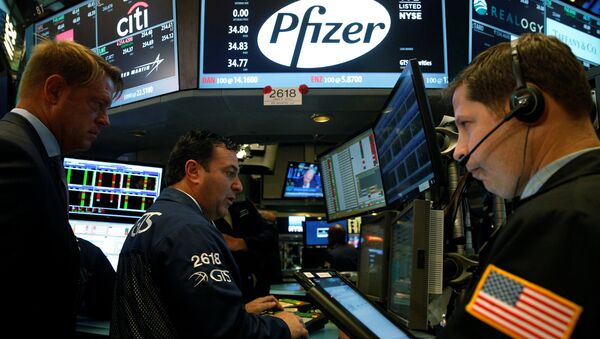 Traders gather at the post of Pfizer on the floor of the New York Stock Exchange (NYSE) in New York City, U.S., August 22, 2016 - Sputnik International