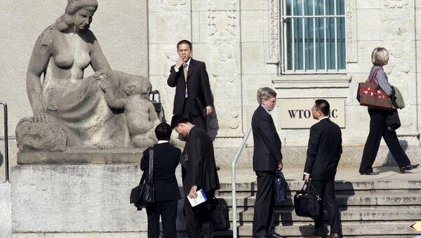 Delegates speak in front of the headquarters of the World Trade Organization, WTO, after the first day session of the World Trade Organization, in Geneva, Switzerland (File) - Sputnik International