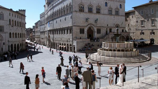 A general view of Priori Palace (C) and Maggiore fountain in downtown Perugia - Sputnik International