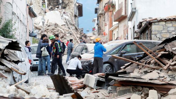 People stand along a road following a quake in Amatrice, central Italy, August 24, 2016. - Sputnik International