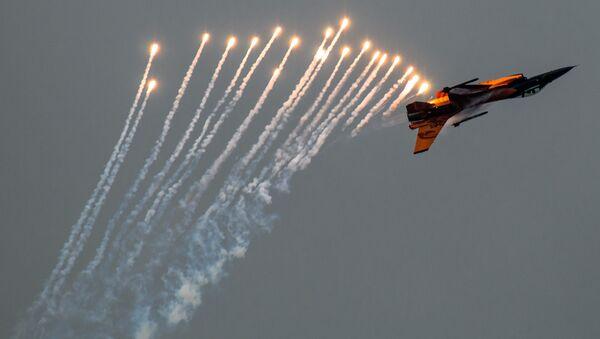 F-16 Viper deploying countermeasures - Sputnik International