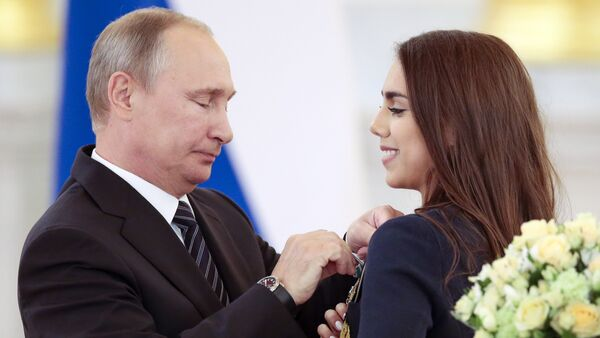 Russian President Vladimir Putin, left, gives an award to Margarita Mamun, who won the gold medal for rhythmic gymnastics individual, during an awarding ceremony for Russia's Olympians in Moscow's Kremlin in Moscow, Russia - Sputnik International
