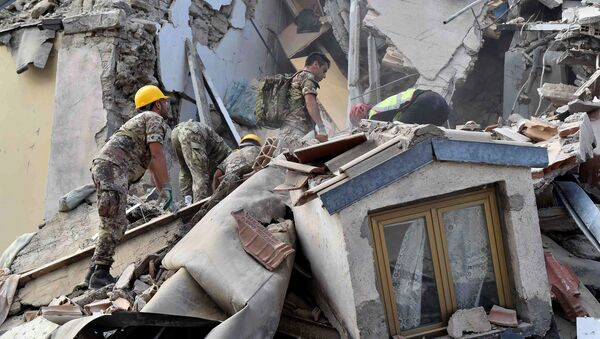 Rescuers work at a collapsed building following an earthquake in Amatrice, central Italy, August 24, 2016 - Sputnik International