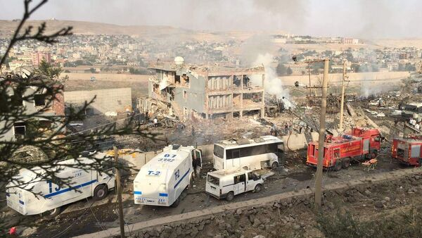 Turkish police and firefighters are parked near a damaged police headquarters in Cizre, southeastern Turkey - Sputnik International