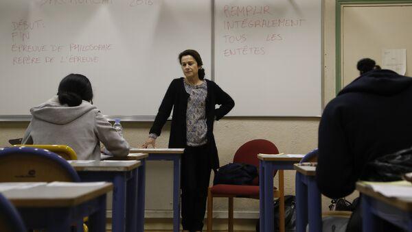 A teacher monitors (C) as High school students at the Charlemagne High School (Lycee Charlemagne) in Paris - Sputnik International