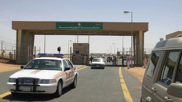 Police and civilian cars cross the new al-Wadia border outpost between Saudi Arabia and Yemen, east of the southern Saudi province of Najran - Sputnik International