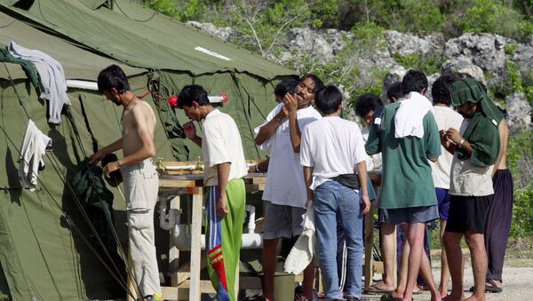Men shave, brush their teeth and prepare for the day at a refugee camp on the Island of Nauru - Sputnik International
