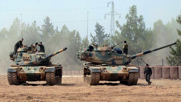Turkish army tanks are stationed near the Syrian border in Karkamis, Turkey, Thursday, Aug. 25, 2016 - Sputnik International