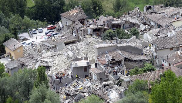 Rescuers search through debris of collapsed houses in Pescara del Tronto, Italy, Wednesday, Aug. 24, 2016 - Sputnik International