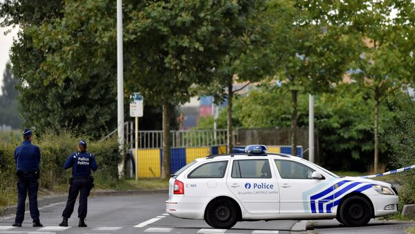 Belgian police officers secure a road near the Belgium's National Institute of Criminology after arsonists set fire to it in Brussels, Belgium August 29, 2016 - Sputnik International