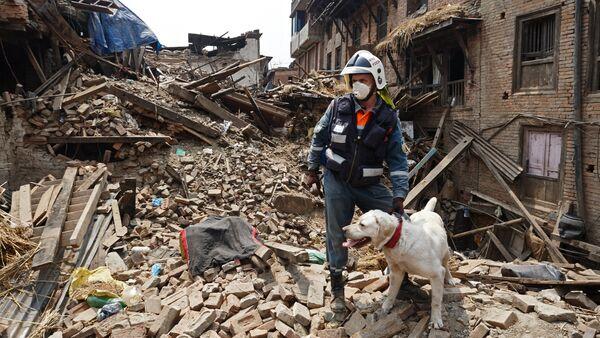 Russian Emergencies Ministry rescuers take part in relief efforts in Nepal - Sputnik International