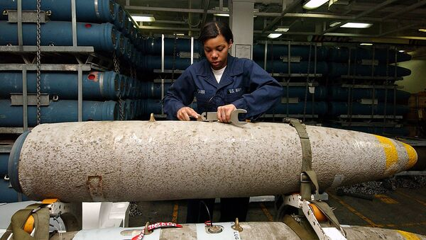 An aviation ordnance technician handling the bomb body of a thermally protected (insulated to slow cook-off time in case of fire) Mark 84 aboard the USS George Washington. - Sputnik International