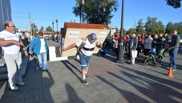Strongman Elbrus Nigmatullin carries a 280-kilogram piano for 100 meters to mark the 280th anniversary of Chelyabinsk - Sputnik International