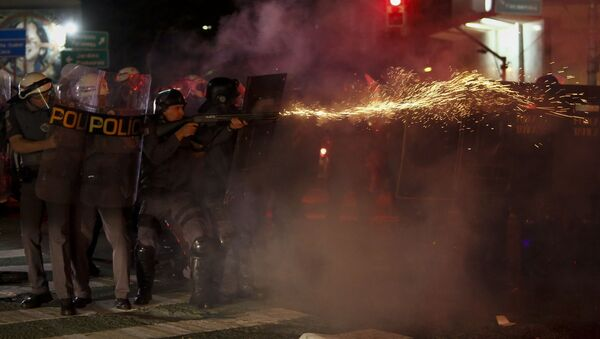Riot police clash with supporters of Dilma Rousseff as they protest against new Brazilian President Michel Temer at the Paulista Avenue, in Sao Paulo, Brazil on August 31, 2016. - Sputnik International