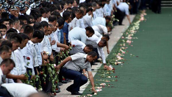 People attend a mourning ceremony following the death of Uzbek President Islam Karimov, in Registan Square in Samarkand, Uzbekistan, September 3, 2016 - Sputnik International