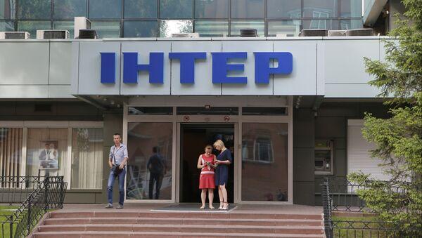 People walk out off of Inter TV channel in Kiev, Ukraine,Tuesday, May 26, 2015 - Sputnik International