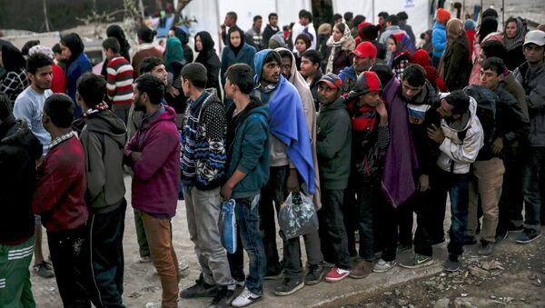 Refugees and migrants line up for a food distribution at the Moria refugee camp on the Greek island of Lesbos, November 5, 2015 - Sputnik International