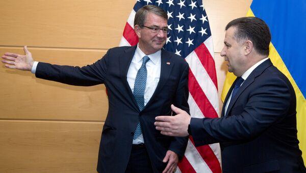 US Secretary of Defence Ash Carter (L) welcomes Ukraine's Defence Minister Stepan Poltorak (R) prior to a meeting at NATO headquarters in Brussels on June 15, 2016 - Sputnik International
