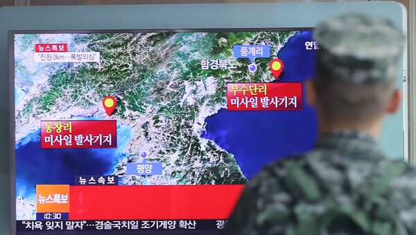 A South Korean soldier watches a TV broadcasting a news report on Seismic activity produced by a suspected North Korean nuclear test, at a railway station in Seoul, South Korea, September 9, 2016. - Sputnik International