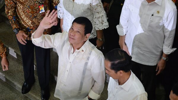 Philippine President Rodrigo Duterte (C) waves next to Indonesian President Joko Widodo (lower R) during a visit to Tanah Abang market in Jakarta - Sputnik International