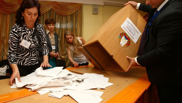 Members of the local electoral commission empty a box to count ballots at a polling station after a parliamentary election in Minsk, Belarus September 11, 2016. - Sputnik International