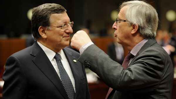 European Commission President Jose Manuel Barroso (L) talks with Luxembourg Prime Minister Jean-Claude Juncker during a roundtable meeting at the EU headquarters on May 22, 2013 in Brussels, during European Union leaders summit. - Sputnik International