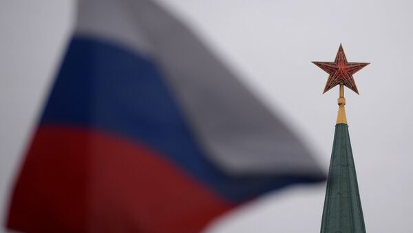 A spire of a Moscow Kremlin tower and a Russian flag on Red Square - Sputnik International