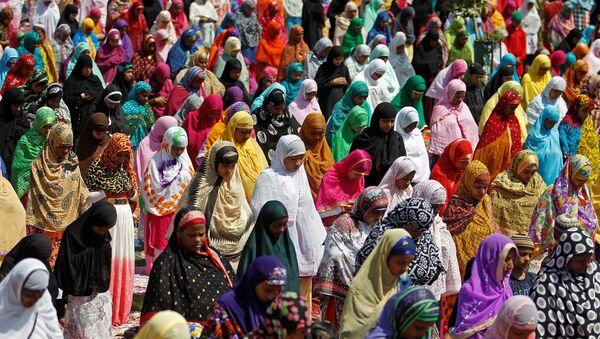 Women offer prayers at the Qutub-e-Alam shrine on the eve of the Eid al-Adha festival on the outskirts of Ahmedabad, India, September 12, 2016. - Sputnik International