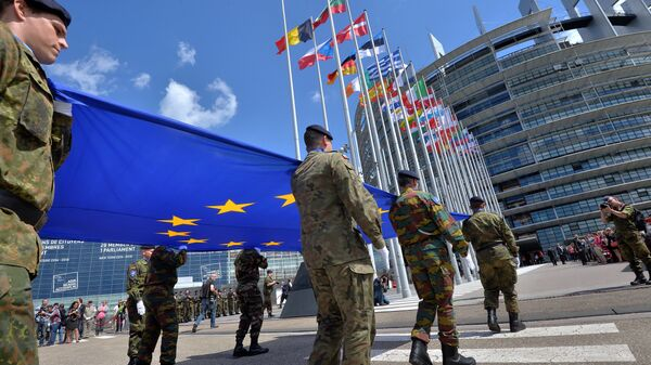 Soldiers of a Eurocorps detachment carry the European Union flag to mark the inaugural European Parliament session on June 30, 2014, in front of the European Parliament in Strasbourg, eastern France - Sputnik International