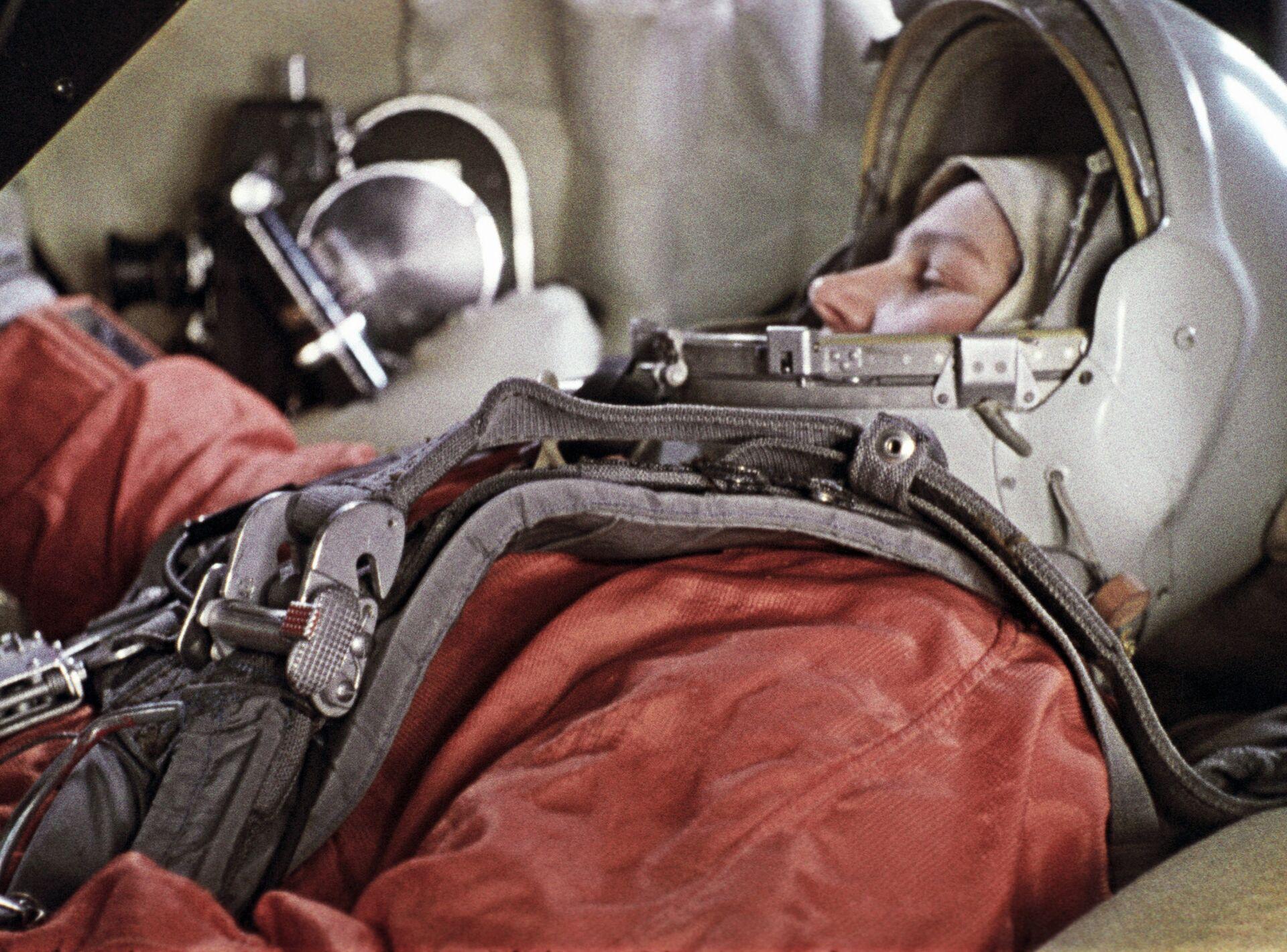 Cosmonaut Valentina Tereshkova inside Vostok spacecraft simulator. - Sputnik International, 1920, 26.09.2021