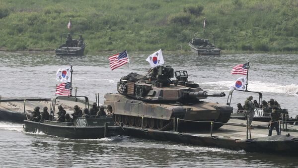 A U.S. Army M1A2 tank crosses Nam Han river on a South Korean military barge during a joint military exercise between the U.S. and South Korea in Yeoncheon near the border with North Korea, in South Korea, Thursday, May 30, 2013 - Sputnik International