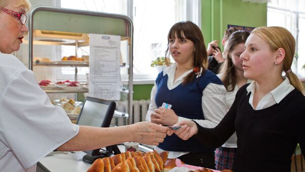 Russian students paying for high school canteen meals with electronic school cards. file photo - Sputnik International