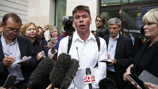 Lauri Love speaks to members of the media as he leaves after attending his extradition hearing at Westminster Magistrates' Court in London, Britain September 16, 2016. - Sputnik International