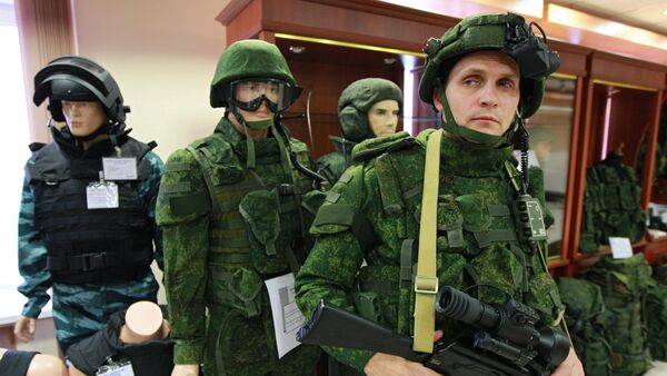 An officer with the Federal State Unitary Enterprise TSNIITOCHMASH demonstrates an equipment kit Soldier of the Future in the 21st century in the State demonstration and testing center of the Klimovsk company. File photo - Sputnik International