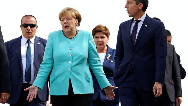 Germany's Chancellor Angela Merkel (L) and Austria's Chancellor Christian Kern arrive to pose for a family photo during the European Union summit - the first one since Britain voted to quit - in Bratislava, Slovakia, September 16, 2016. - Sputnik International