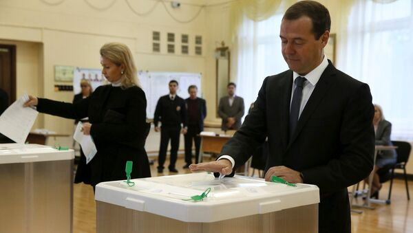 Russian Prime Minister and Chairman of the United Russia party Dmitry Medvedev and his wife Svetlana cast their ballots at a polling station during a parliamentary election in Moscow, Russia, September 18, 2016 - Sputnik International